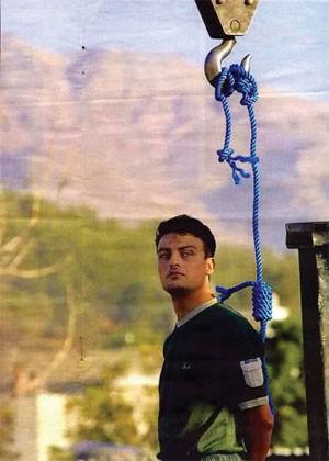 PayAm Amini, pendu en public le 29 septembre 2002. Refusant de porter un bandeau, il a crié, quelques secondes avant de mourir : «Nous n'avons tué personne, nous ne méritons pas de mourir. Beaucoup de crimes atroces sont commis chaque jour dans ce pays et pourtant personne n'est puni.»