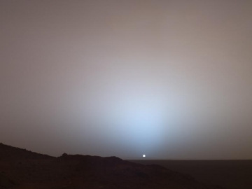 Sol 489 (19 mai), coucher de soleil sur Mars, cratre Gusev, photographie prise par le robot Spirit