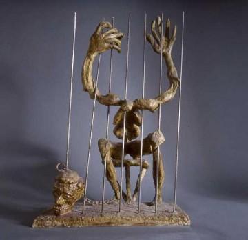 Alberto Carlisky, sculpture en bronze intitulée Son crime c'est de penser, si vous l'oubliez il mourra, 1980 (partie de la série L'homme martyr de l'homme, du Nord au Sud, de l'Est à l'Ouest. Hommage à Amnesty International)