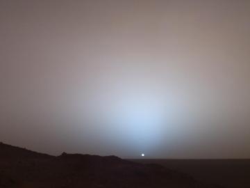 Sol 489 (19 mai), coucher de soleil sur Mars, cratère Gusev, photographie prise par le robot Spirit